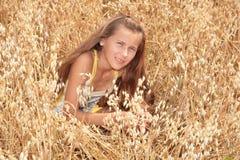 Una ragazza sul campo dell'orzo Fotografia Stock Libera da Diritti
