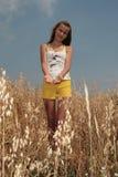 Una ragazza sul campo dell'orzo Immagine Stock Libera da Diritti