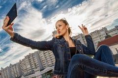 Una ragazza sul tetto di selfie immagine stock libera da diritti