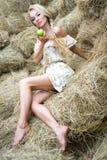 Una ragazza sulla paglia Fotografia Stock Libera da Diritti