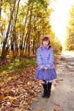 Una ragazza sulla strada di autunno Fotografia Stock Libera da Diritti