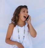 Una ragazza sulle notizie sorprendenti di udito del telefono cellulare. Immagini Stock Libere da Diritti