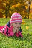 Una ragazza sveglia in autunno Fotografia Stock Libera da Diritti