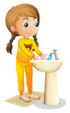 Una ragazza sveglia che lava le sue mani Fotografia Stock