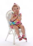 Una ragazza sveglia tocca la sua guancica Fotografie Stock