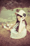 Una ragazza tailandese asiatica sveglia sta rilassandosi vicino allo stagno nel wilderne fotografie stock libere da diritti