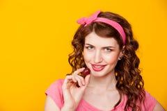 Una ragazza tiene la bacca mangia l'uva fotografia stock