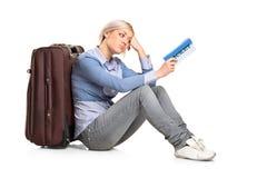 Una ragazza turistica con un biglietto Fotografie Stock Libere da Diritti