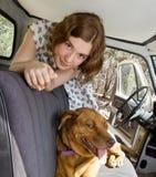 Una ragazza, un camion ed il suo cane fotografia stock