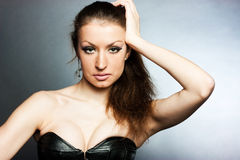 Una ragazza in un corsetto Fotografie Stock Libere da Diritti