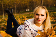Una ragazza in un parco di autunno Fotografie Stock