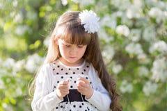 Una ragazza in un vestito bianco sta tenendo un'audio cuffia fotografie stock libere da diritti
