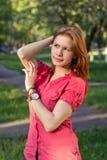 Una ragazza in una sosta della città Immagine Stock Libera da Diritti