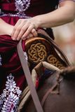 Una ragazza in vestito classico picchietta il suo cavallo sui precedenti del castello fotografia stock libera da diritti
