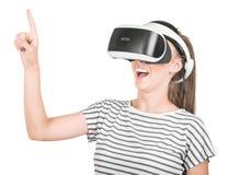 Una ragazza in vetri di realtà virtuale gode del suo viaggio in un mondo avventuroso, isolato su un fondo bianco Un concetto del  Fotografia Stock