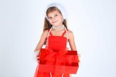 Una ragazza yoing con sorridere del regalo di Natale Immagine Stock
