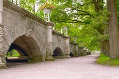 Una rampa apacible-que se inclina a Catherine Park, adornada con los floreros por los altares clásicos del arrabio que incorporan Imagen de archivo libre de regalías
