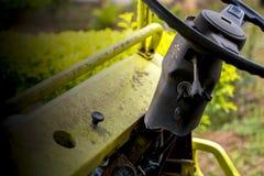 Una ranura vieja de la rueda y de la llave de coche del daño del vintage, la rueda y la llave mostradas en fondo amarillo de plan fotos de archivo
