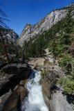 Una rapida nel fiume vicino a Nevada Fall Yosemite National Park fotografie stock libere da diritti