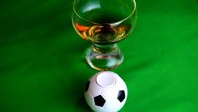 Una rappresentazione astratta del collegamento di calcio, della televisione e dell'alcool