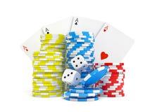 una rappresentazione 3d di quattro carte differenti dell'asso con le pile del chip del casinò ed il bianco tagliano Fotografia Stock Libera da Diritti
