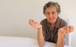 Una rappresentazione della donna anziana che non conosce che cosa fare Immagini Stock