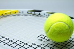 Una raqueta y una bola de tenis Fotografía de archivo libre de regalías
