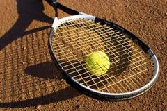 Una raqueta y una pelota de tenis Fotos de archivo libres de regalías