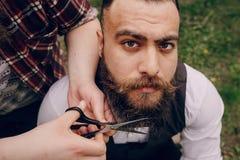 Una rasatura barbuta di due uomini fotografia stock libera da diritti