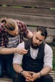 Una rasatura barbuta di due uomini immagine stock