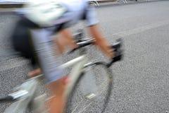 Una raza de bicicleta a través de las calles fotografía de archivo libre de regalías