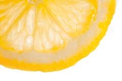 Una rebanada de limón jugoso en un fondo blanco fotografía de archivo