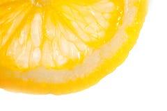 Una rebanada de limón jugoso en un fondo blanco foto de archivo libre de regalías