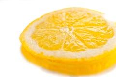 Una rebanada de limón jugoso en un fondo blanco foto de archivo