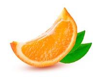 Una rebanada de mandarina anaranjada o de Mineola con la hoja aislada en el fondo blanco fotografía de archivo libre de regalías