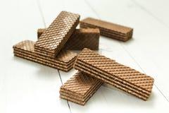 Una rebanada de obleas del chocolate en una tabla blanca, un bocado imagen de archivo libre de regalías