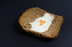 Una rebanada de pan untó con aceite y el caviar rojo Fotografía de archivo libre de regalías