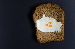 Una rebanada de pan untó con aceite y el caviar rojo Imágenes de archivo libres de regalías