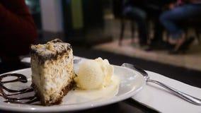 Una rebanada de tiramisu con helado de vainilla Imagenes de archivo