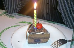 Una rebanada de torta de cumpleaños Imagen de archivo libre de regalías