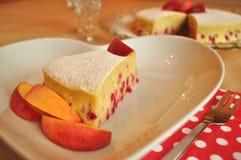 Una rebanada de torta de esponja de la fruta del verano en una placa de la porción Fotografía de archivo libre de regalías
