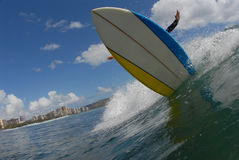 Una reducción grande de la persona que practica surf Foto de archivo