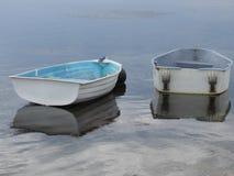 Una reflexión de barcos en el forshore del capullo de rosa foto de archivo