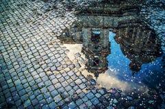 Una reflexión del charco de la basílica de St Inés en Piaza Navona, Roma, Italia imagen de archivo libre de regalías