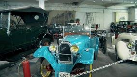 Una retro vecchia automobile alla moda a partire dall'inizio del XX secolo stock footage