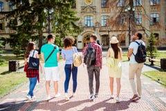 Una retrovisione di sei studenti, ritmo di vita della città universitaria del ` s del celibe Essi a Fotografie Stock