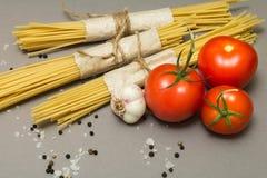 Una ricetta per una pasta classica su un fondo grigio Spaghetti e verdure immagine stock libera da diritti
