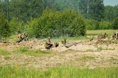 Una ricostruzione di role-play di una delle battaglie della guerra mondiale 2 con periferie di Mosca nella regione di Kaluga in R fotografie stock libere da diritti