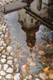 Una riflessione del duomo in una pozza su una pavimentazione del ciottolo, Immagine Stock Libera da Diritti
