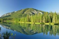 Una riflessione della montagna fotografia stock libera da diritti